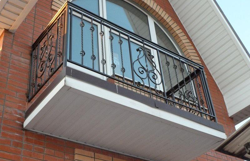 Аккуратные и гармоничные кованые балконы на заказ. фото, цен.